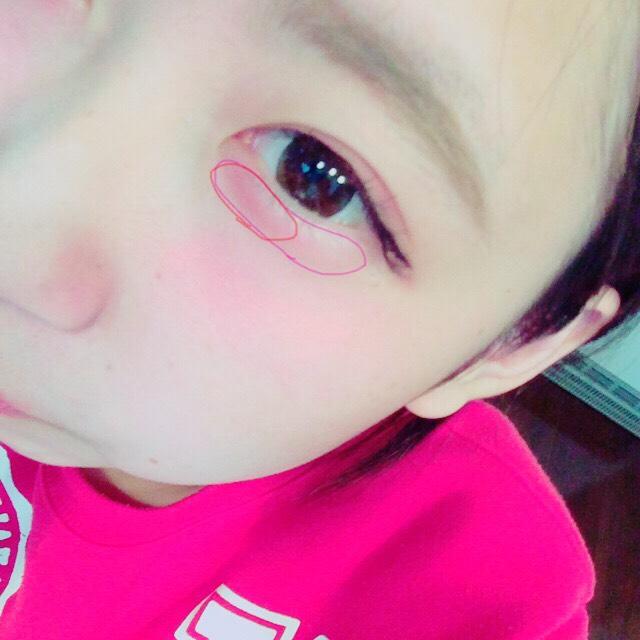 涙袋の全体に薄ピンクのチークをのせ、目頭側に赤をのせる