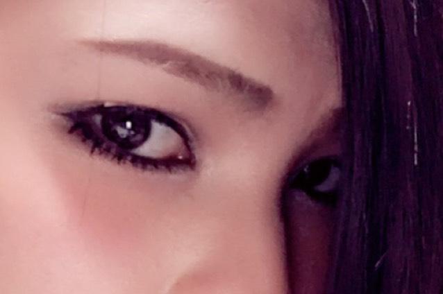 ラインはリキッドで目頭は細く目尻は太めに少しはね上げます。 下のラインは黒目のしたくらいまで際ギリギリに細く引き目尻は上と繋げて「く」になるように