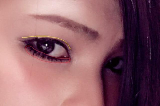 2重のライン少し上に濃いブラウンシャドーで細くラインを引きます(黄色線) したラインの際にも濃いブラウンを引きます(赤線)