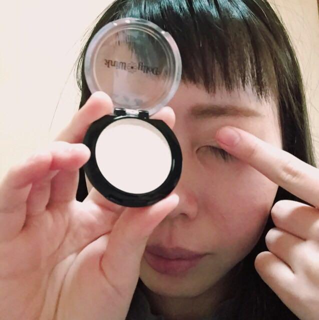 眉毛を書いたら、写真のDollyWinkのクリームアイシャドウをアイホール全体に指でぽんぽんおいていきます。これをすることで発色がアップしシャドウが長持ちします。