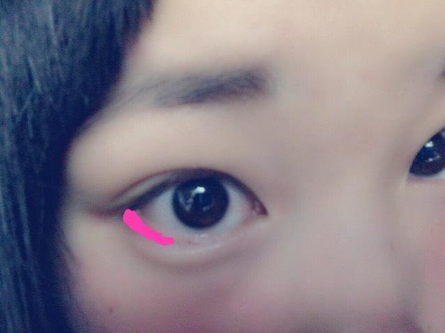 目尻の下に チップ、もしくは小指で チークをのせましょう  目の真ん中まで のせないように