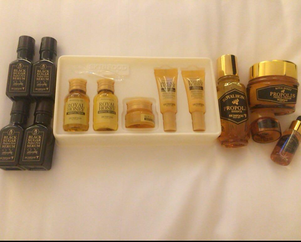 まず基礎化粧を重点的に!! 私が使ってるのは 韓国のブランドの skinfoodという化粧水と乳液です♡