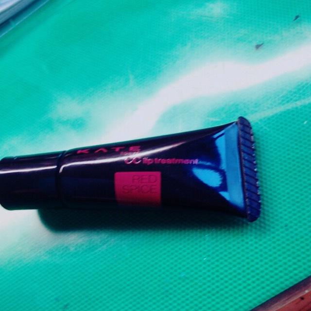 私はべいびーりっぷの 色付きをつけて その上からこのKATEの赤をぬります