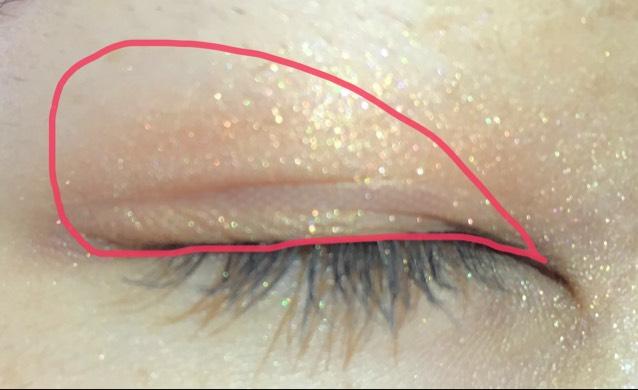 マジョマジョのゴールドを、横に広げる感じで塗ります。目尻側は気持ち濃いめにしてグラデーションになるように