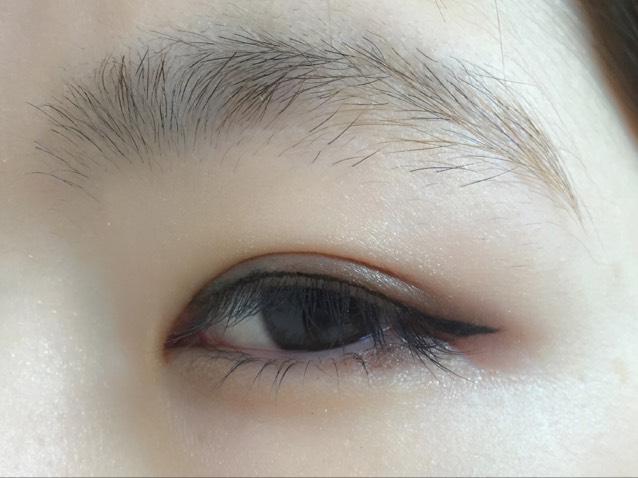 目尻のアイラインと繋げるように目頭まで細く、でも、くっきりと引いていきます