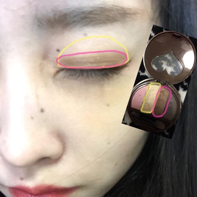先に黄色を指で目全体にのせます! そのあとピンクのほうをチップの大っきいほうでぬります!