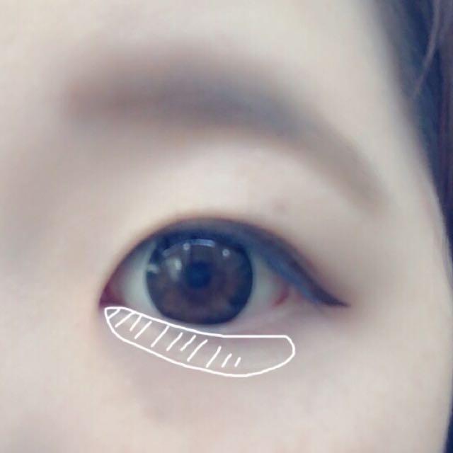 涙袋はアイシャドウの①を涙袋のあたりにつける。その上から目頭側の方がラメが濃くなるように、③を目頭の方だけ塗る。アイラインは二重幅が狭いので、目の形に沿って目尻だけ引く。引き終わりは軽く跳ね上げる。