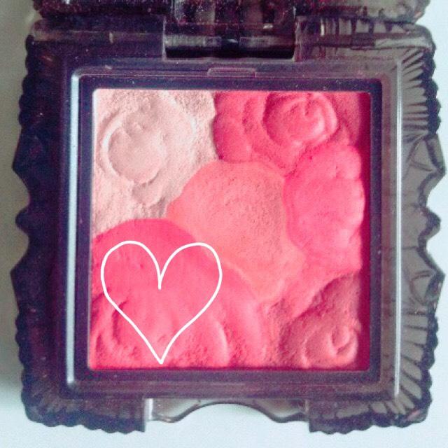 左下のピンクをアイホール全体二重はばを少しだけオーバーするくらいぼかします。  ※広く塗ると腫れぼったくなるので注意!