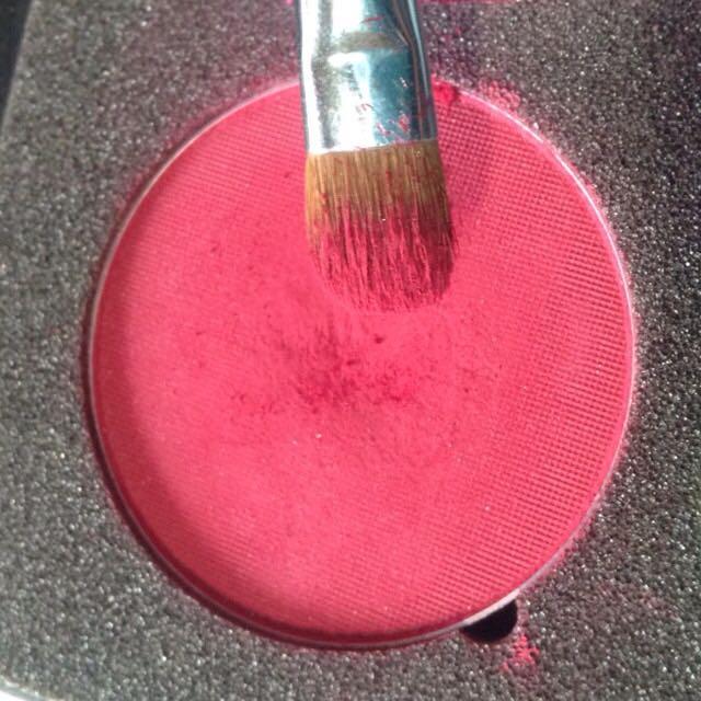 チャコットのシャドウをブラシにたっぷりとります。  ※チップで塗ったり、シャドウの量が少なかったりするとまつ毛に塗ったルージュを拭いとることになってしまうので、ブラシでシャドウはたっぷりと。