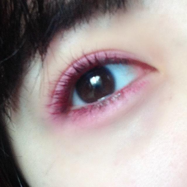 まぶしたシャドウがまぶたの上にパラパラと残ってしまって赤く染まってしまった場合は擦らずフェイスパウダーをたっぷりつけたブラシでサッと払うと取れやすいです。  それでも赤く残ってします場合は散ってるシャドウをまぶたに伸ばして上から、別ブラシでベージュやホワイトのシャドウをぼかしてあげると、ピンクのシャドウ×赤マスカラの可愛い組み合わせになりますよ♡