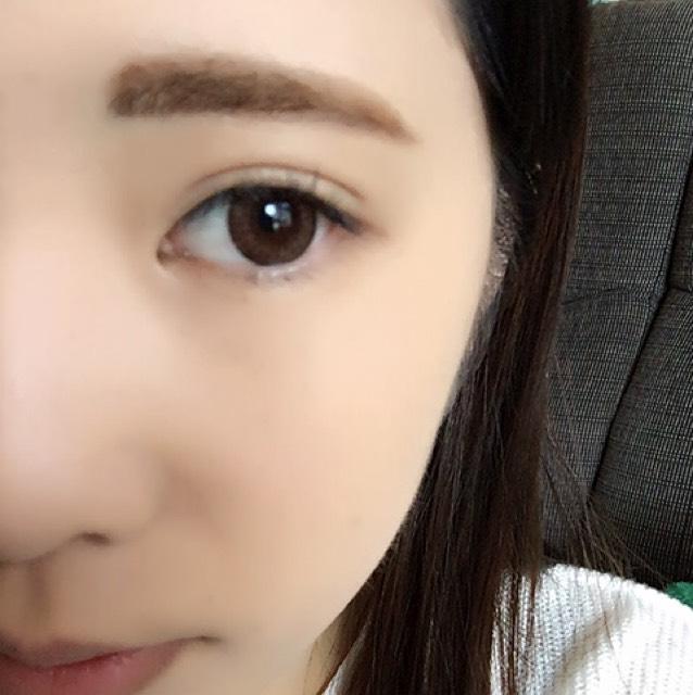 アイブロウペンシルで眉毛の輪郭をかいて全体を馴染ませ、眉マスカラをします。