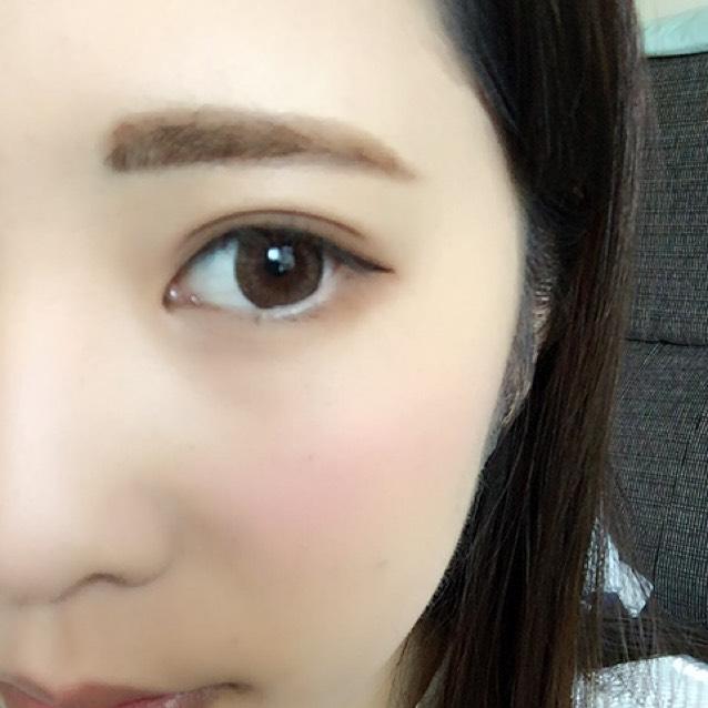 アイシャドウの真ん中のハイライトカラーを下まぶた目頭から黒目の終わりまでいれ、涙袋を強調させます。そしてブラウンのアイライナーで細めに描き、目尻は目に沿って流します。