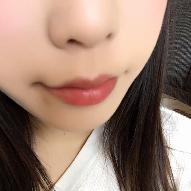 黒髪と相性の良い赤リップを唇の中央にのせてから全体にのばします。
