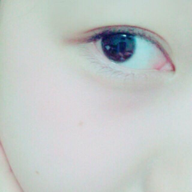 チークは先程使ったレッドピンク系のリップを指に馴染ませてから頬にいれます❤︎ このとき指の第一関節より超えないようにすると左右対象になります❤︎ 黒目の下から横に馴染ませるようにいれます☁︎︎❤︎☁︎︎