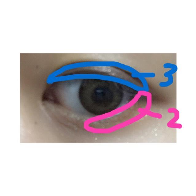 二重幅に「3」を塗ります 下まぶたには薄めに黒目から目尻まで「2」を塗っていきます