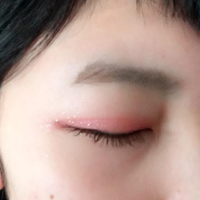 1.瞼にシャドーベースを塗ります  2.瞼全体に薄いピンク  3.瞼の半分くらいまでに、濃いめのピンクを  4.ブラウン系のシャドーを二重幅に  5.ブラウン系ライナーでまつ毛の生えているところまで引く  6.マスカラを黒目らへんを重点的に塗ります  7.涙袋に濃いめのピンクを  8.最後に赤リップを