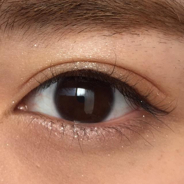 こんな感じで、目のキワに細く引きます。