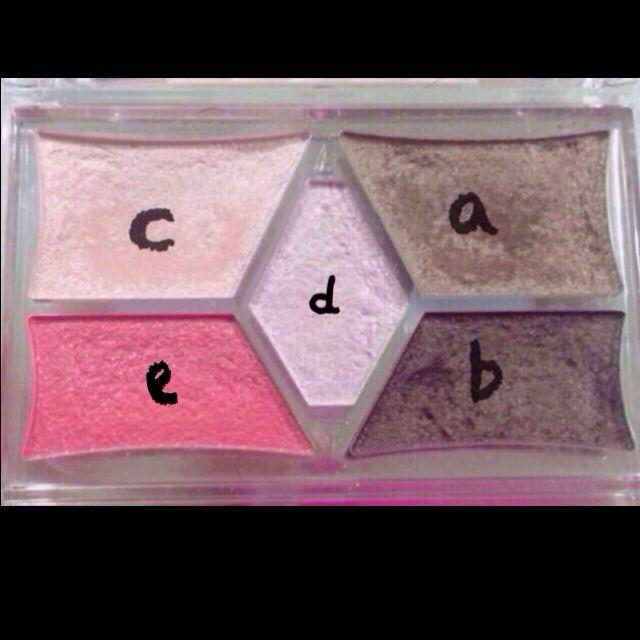 これを参考に  a,b,dを使います  色は似ていればok!  まず上瞼全体に薄くaを塗ります  指で塗ると程よいかんじに