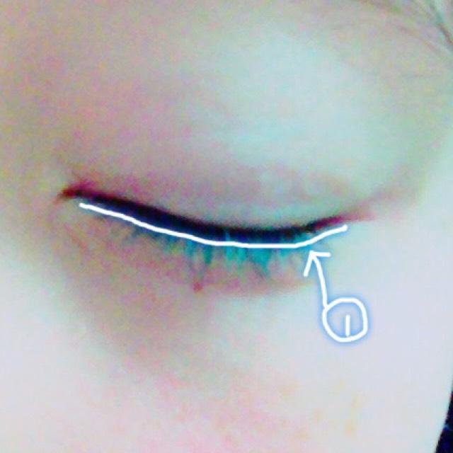 ①の白を 下の目のふちに いれます!!