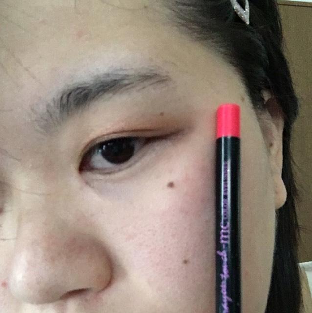 次にカラーアイライナーの ピンクをちょっと濃いめで太く塗ります