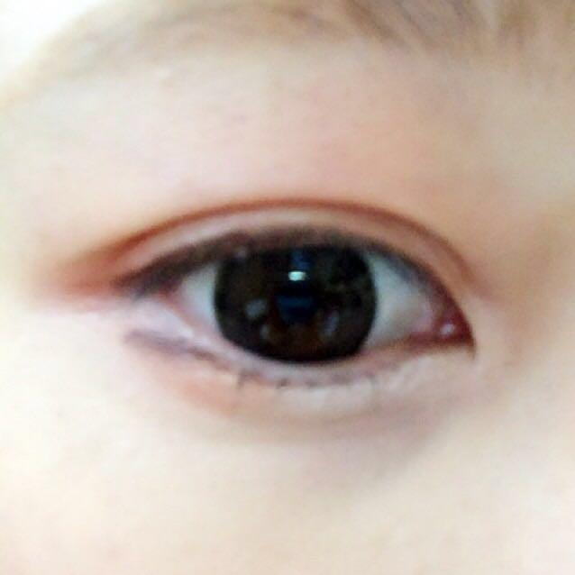 キャンメイクのオレンジを眉の下まで塗ります。上下の瞼オレンジに。目頭はくの字に100均のホワイト。下の目尻にラインっぽくviseeの濃いブラウンをのせます。