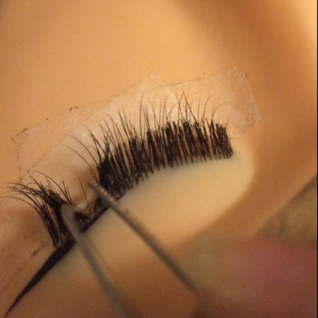 一本だけにする為まつ毛をかき分ける! この時に2本3本一緒になると 束になるから 気をつけて!