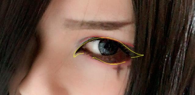 アイホールはうっすらハイライトを入れます。 黄色の形で目の際やリキッドアイライナーでラインを引きます。 下も目尻を繋げず黄色のようにラインを引きます。