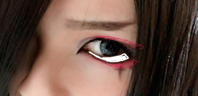 白の部分を濃いめのブラウンシャドーで埋めます。 二重の線にブラウンのアイライナーでダブルラインをかきその上に重ねて赤シャドーをのせます。 下もラインに赤シャドーを重ねます。