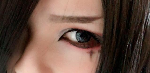 目尻下にブラウンライナーで模様をかきます。 眉は眉頭から黒目終わりくらいまでほぼ同じ太さになるように、上のラインだけ少し反らせます。そのまま上に向けて細くします。