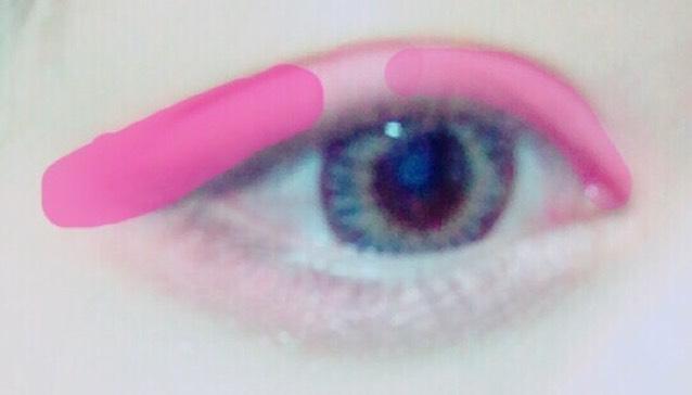 アイシャドウとしてピンクのチークをつける、濃さは写真みたいな感じに。