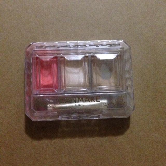 次に目の下(涙袋のところ?)に左はしの赤いやつを塗ります そして気持ちラインを引いたうえに塗ります