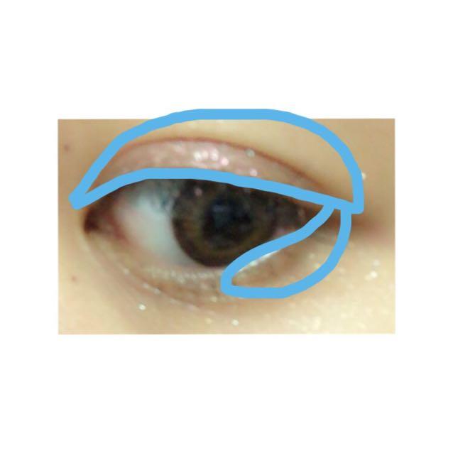 まず、(キャンメイク ジュエルスターアイズ 12)をアイホール全体と下まぶたの黒目から目尻まで塗ります