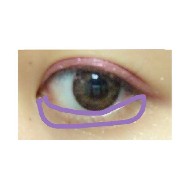 そのあと、(キャンメイク パーフェクトスタイリストアイズ NO.7)の薄いピンクを画像のように下まぶたに塗ります この時、目頭のほうを目尻より少しだけ濃くするといいと思います⚠️