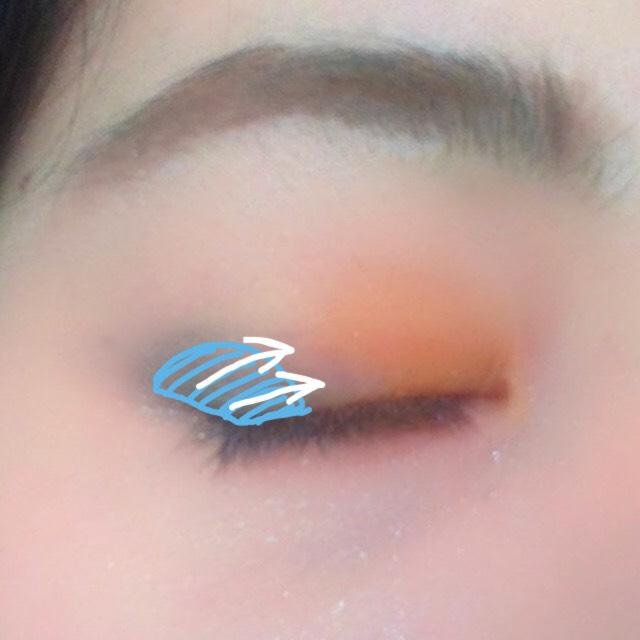 ブルーのシャドウはほんの少しだけ。目尻の切れ目の終わりの上にちょこんと乗せ矢印方向にそっとボカします。デカ目にしたくて大きな範囲にボカしたくなる気持ちがあるかもしれませんがここは抑えてほんの少しだけにした方がブルーが映えます!
