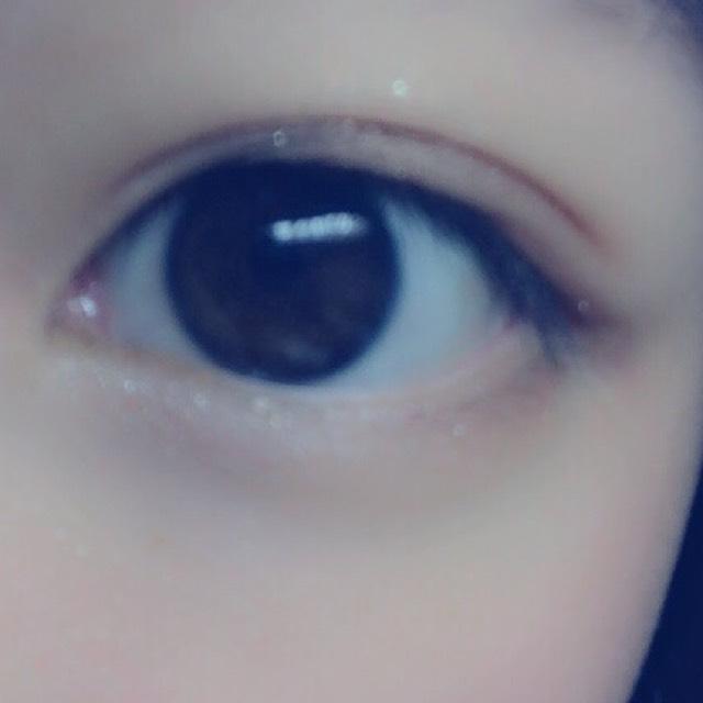 そうしたら、目頭のところから黒目の下までキティーちゃんのアイシャドウの2番を塗ります。さっきの茶色のシャドウのとすこし混ぜるとなじみます。