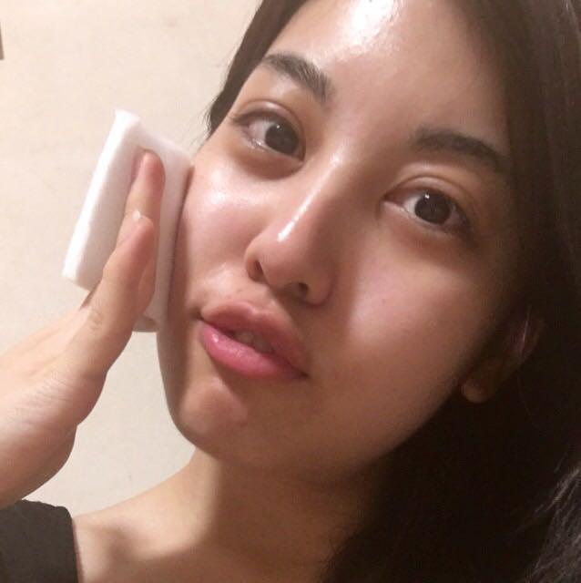 化粧水と乳液でお肌を整えます。ノリ良くするためにコットンでしっかりと