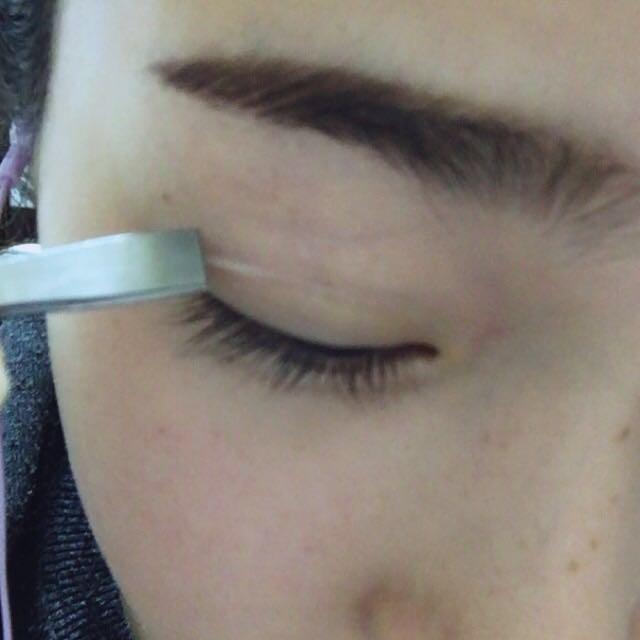 【絆創膏を貼る】 ピンセットにさっき切った絆創膏を挟んで、確認した線に沿るように目頭側に貼って目尻側に少し引っ張って貼ります ⚠︎引っ張りすぎると突っ張ってしまいます⚠︎