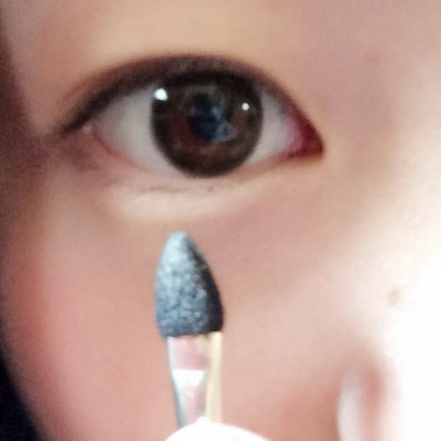さっきのアイシャドウの左上の色を 涙袋に塗ります(*´ω`*)