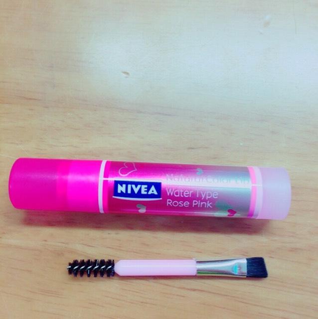 赤かピンクの口紅(今回はNIVEAのを使ってますが何にでも代用はありです)の口紅を下のブラシ?で気持ち多めに取る!