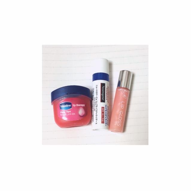 左から色つきリップ 普通のリップクリーム 薄ピンクのグロス  さっきの上にツヤのあるリップクリームやグロスをぬる  塗りたい口紅と近い薄目の色を塗るとgood