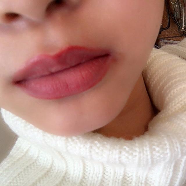 リップライナーで周りを囲った唇の中心にコンシーラーをのせてリップライナーの色と馴染ませていきます