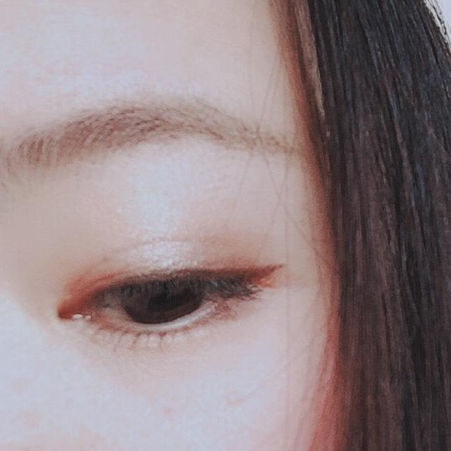 アイシャドウはアイホール全体にホワイトベージュをのせます。 二重幅にオレンジっぽいブラウンカラーをのせます。 目頭、目尻に濃い目のブラウンアイシャドウをのせ、ぼかします。 黒目の上にハイライトをのせます。 立体感がでるのでおすすめです