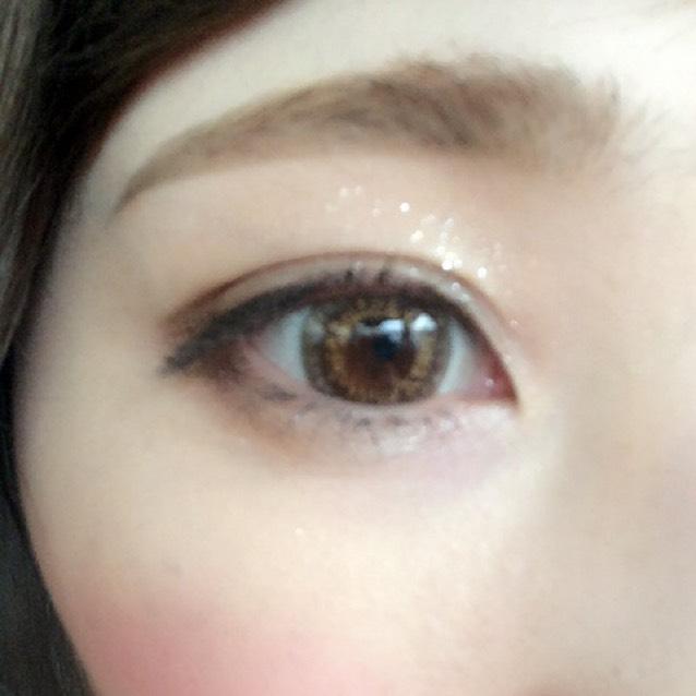 眉はリキッドでかきます。ぼかさないでクッキリ仕上げます。 アイシャドーは上下の目尻をダークブラウンでかこんで、目頭から中央まで上下ともキラキラシャドウをたっぷり塗ります