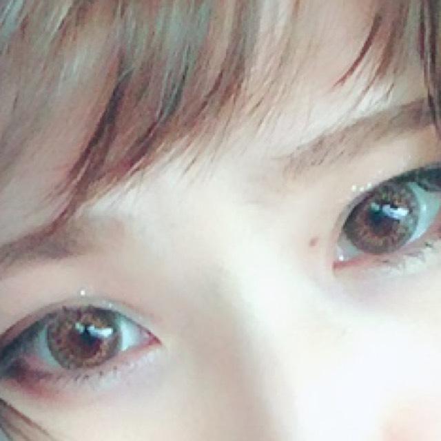 私はキツイ顔立ちなので、眉の間を空けていますが、優しい顔や甘い顔立ちの方は眉と眉の間を狭くかいたほうがいいと思います。
