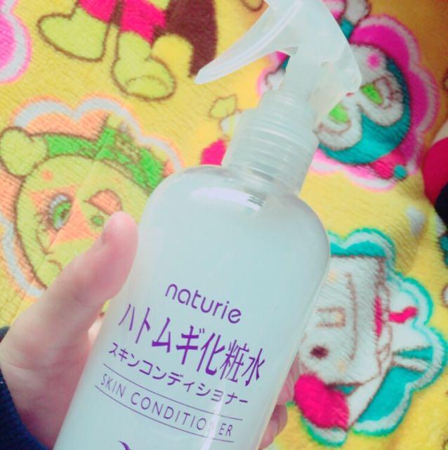 ①スキンケア  ハトムギ化粧水(¥650)に、無印で売ってるスプレーのあたま(¥216)をつけたやつを、顔にワンプッシュします! そしたら、両手で押すようにして顔に馴染ませる!  ※化粧前のスキンケアはやりすぎも良くないらしいので、わたしはワンプッシュだけです!