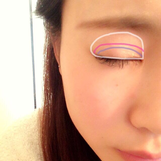 目は白が白いキラキラしたラメ系ピンクが紫のとこより薄いブラウン紫のとこは1番濃いブラウンを塗ります!