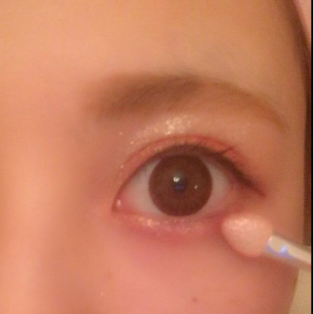 アイシャドウチップを使って6→1の順で涙袋部分に塗っていきます。1を重ねることによって目が潤んで見えます。