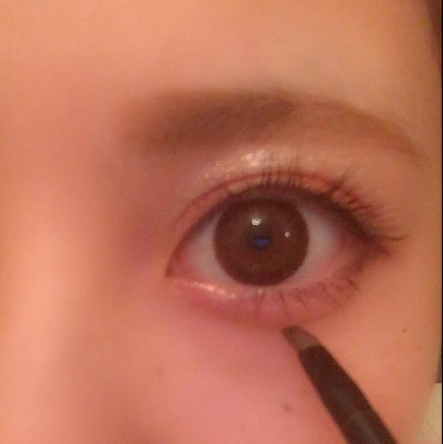 5の一番濃い色でおめめぱっちりに見えるように目尻から黒目にかけて1cmほど影を、一番薄い色で涙袋をくっきり見せるために影を入れます。