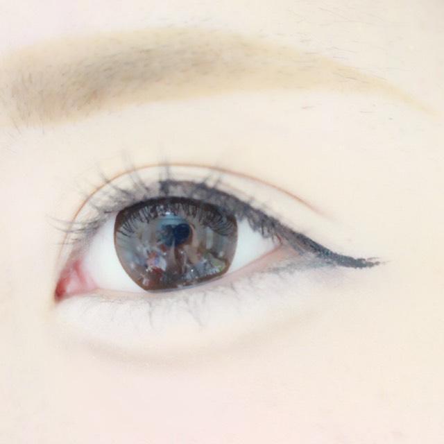眉毛は太め、平行に 目はなるべくナチュラルに