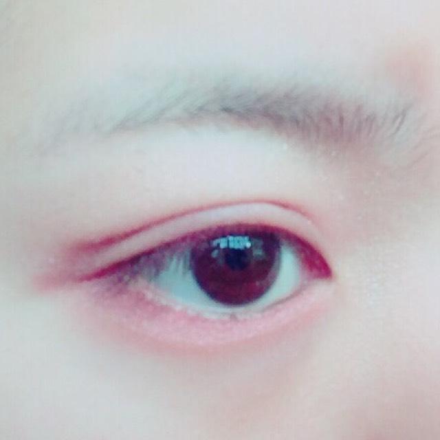 瞼の部分を薄く 涙袋の部分は濃ゆく 塗るようにします